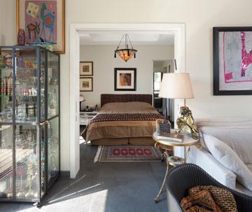 עבודות אמנות ''ממסגרות'' את חדר השינה (צילום: שי אפשטיין)