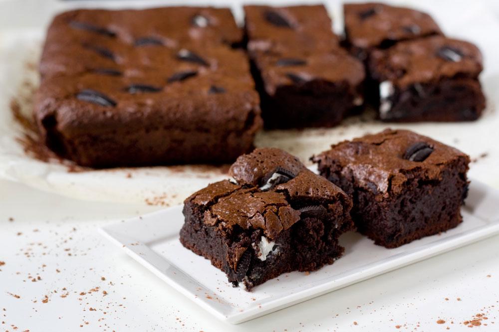 כמו כל הדברים הגאוניים, הם גם קלים להכנה. בראוניז שוקולד עם עוגיות אוראו (צילום: אולגה טוכשר)