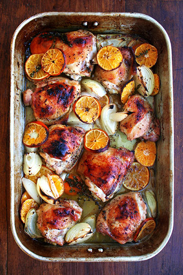 פריך מבחוץ, עסיסי מבפנים. עוף צלוי בקלמנטינות  (צילום: Alexandra Stafford)