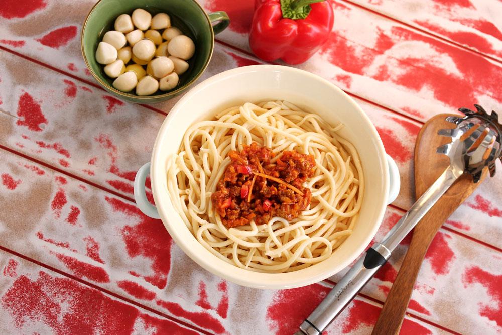 רוטב עגבניות עם בשר וירקות (צילום: אסנת לסטר)