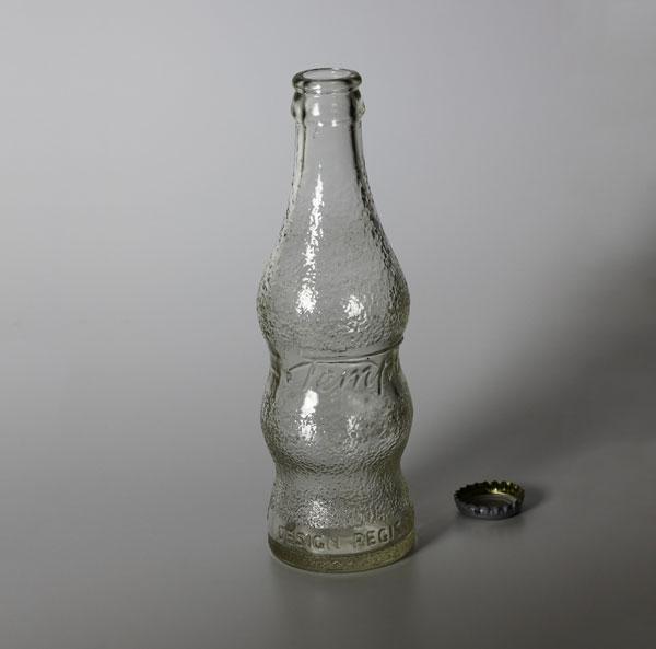 """שבעה גרושים וחצי. בקבוק """"טמפו"""" של פעם (צילום: אסנת לסטר)"""