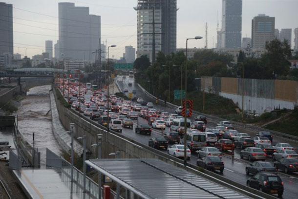 יום פגישות בתל אביב יכול לעלות בקלות כ-200 שקל: שני חניונים ונסיעה בנתיב המהיר בשעות העומס (צילום: מוטי קמחי)
