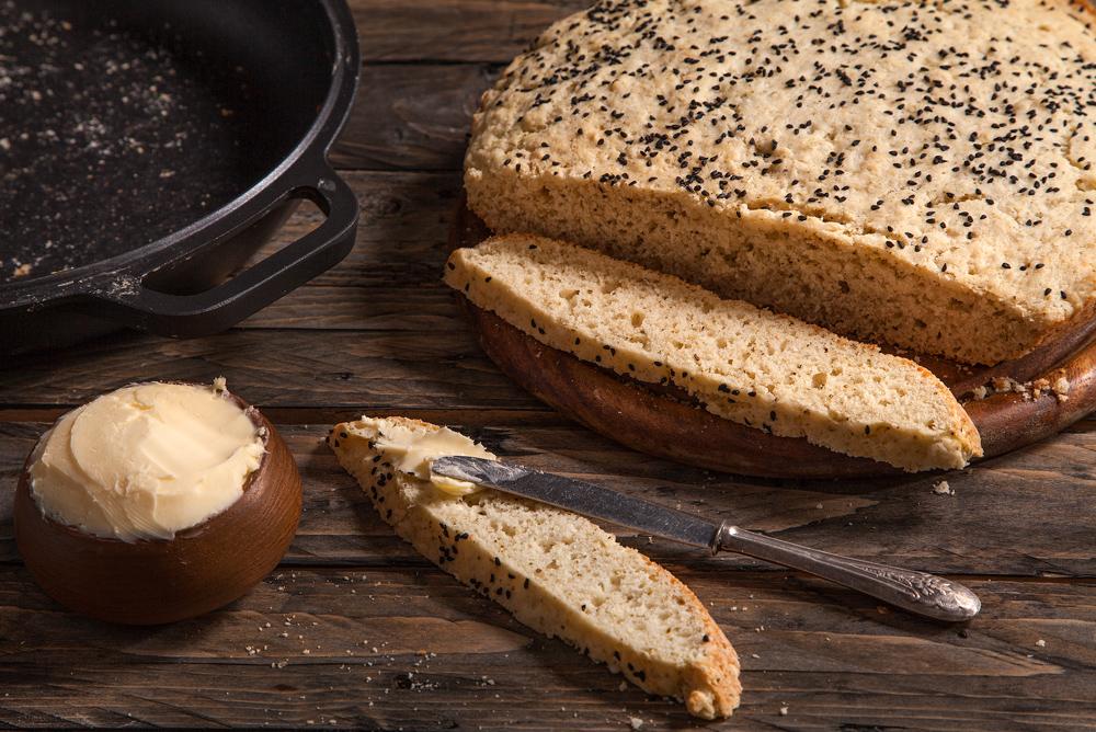 לחם מהיר עם גבינה ועשבי תיבול בסגנון איטלקי (צילום וסגנון: אסף אמברם)