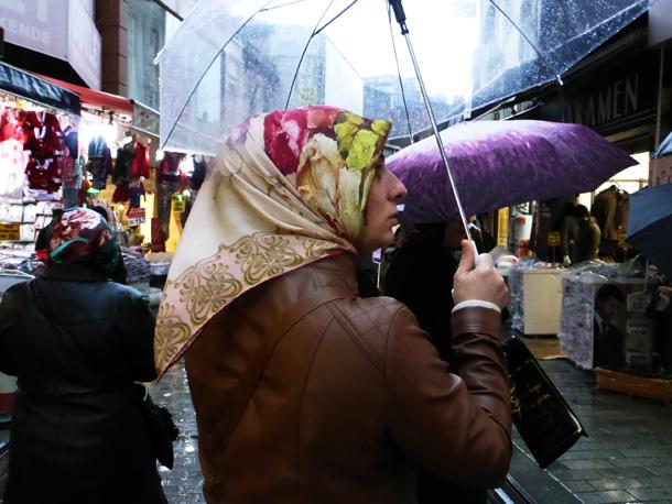 כיסויי הראש הצבעוניים מוסיפים עליזות לנוף החורף האפרורי (צילום: אילנה אפרתי)