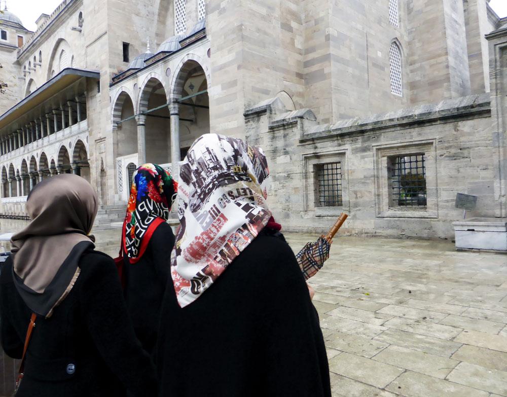הנשים מכסות את ראשיהן ומשתלבות באופן טבעי בתפאורת הרחוב ובקו הרקיע המפורסם של העיר, המרובה כיפות וצריחי מסגדים. איסטנבול, דצמבר 2014 (צילום: אילנה אפרתי)
