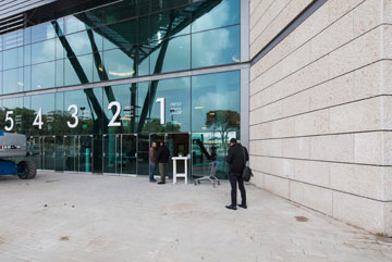 הכניסה לביתן מובילה למבואה עצומה. בשירותים המושקעים יש 350 אסלות (צילום: אביעד בר נס)