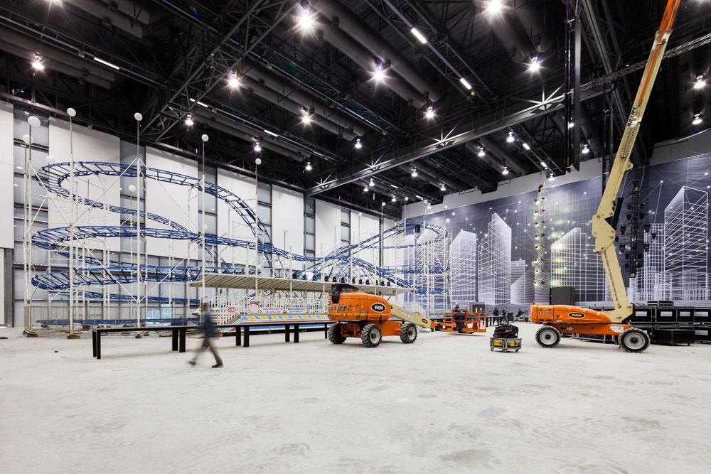 כך נראה האולם בזמן הקמת רכבת ההרים, בשבוע שעבר. אין בו עמודים כלל (צילום: אביעד בר נס)