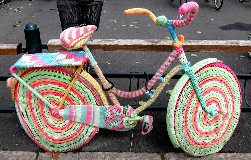 אופניים עטופים בשריג בשוודיה (צילום: Shyguy24x7, cc)