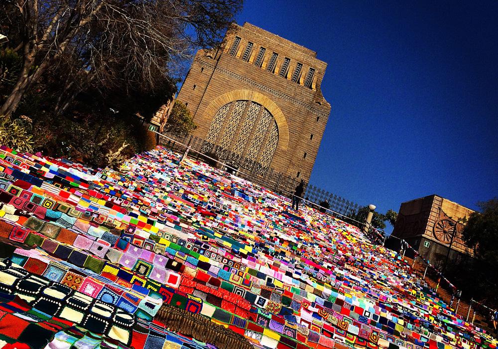 אלפי ריבועים סרוגים וצבעוניים באנדרטת Voortrekker בדרום אפריקה (צילום: Rosielemmer, cc)