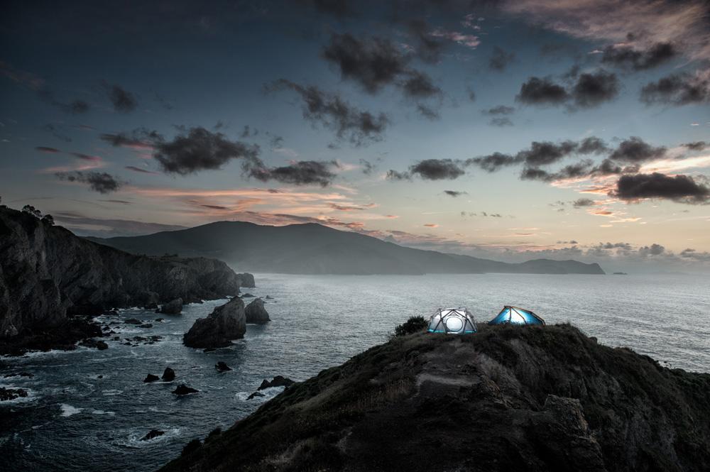 """אוהל שמיועד לקבוצת אנשים, בתנאים קשים במיוחד: הוא עשוי מסבך של צינורות המתנפחים למבנה של כיפה גאודזית יציבה, גם מול רוחות שמגיעות למהירות של 180 קמ""""ש. גם אם אחד מתאי האוויר מתרוקן, המבנה כולו נשאר יציב. Images © Heimplanet"""