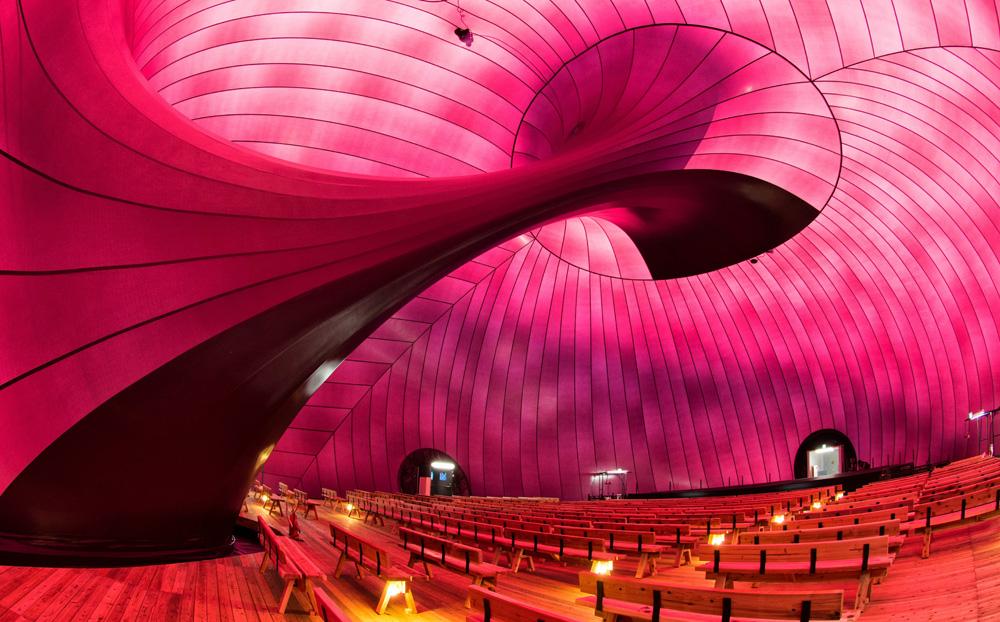 אולם ההופעות ''Ark-Nova'', שיצרו האדריכל אראטה איסוזאקי והאמן אניש קאפור. הוא יכול להכיל 500 מקומות ישיבה, עשוי קרום פלסטיק דק ונמתח, וכשהוא מרוקן מאוויר ניתן להעבירו ממקום למקום במשאית. image © lucerne festival arknova 2013