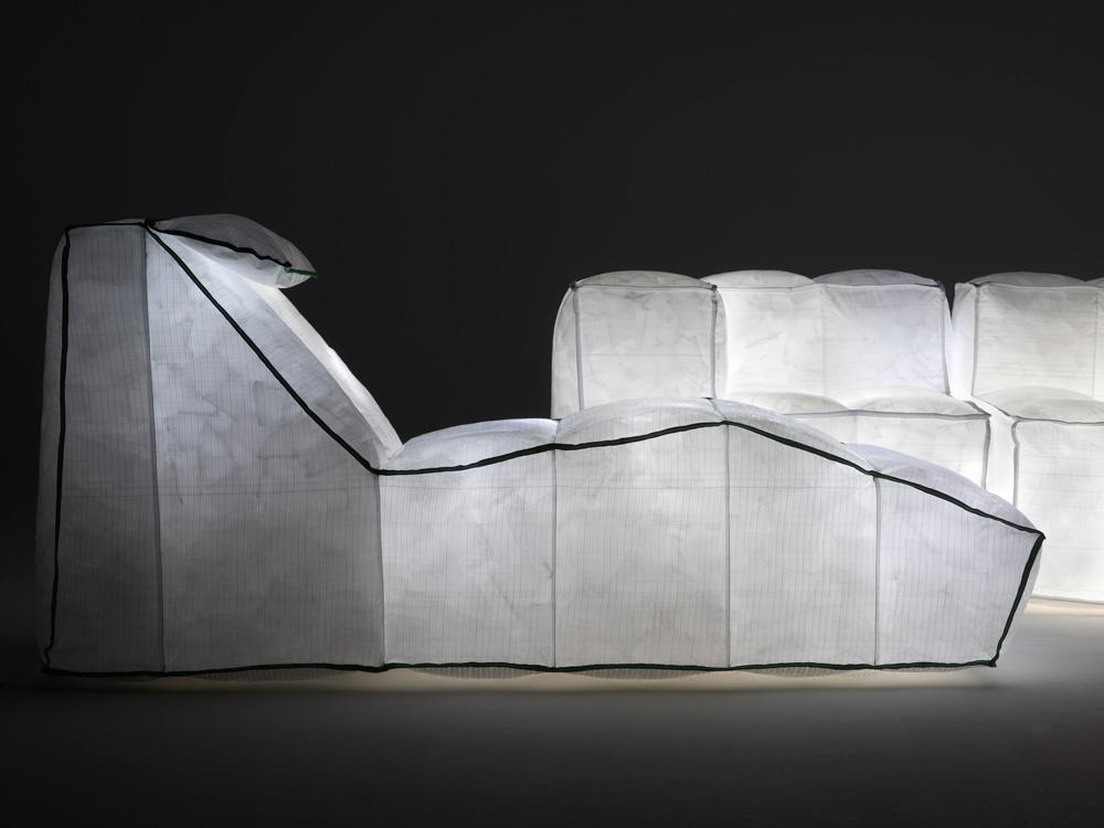 הספות שעיצב האדריכל מריו בליני נראות כמו עננים מאירים. הן עשויות יריעות חזקות של סיבים ממוחזרים ופלדת אל-חלד, ממולאות בכריות קטנות מנופחות ובנורות לד חסכוניות, ואפשר להרים אותן ביד אחת. Images © Mario Bellini Architects