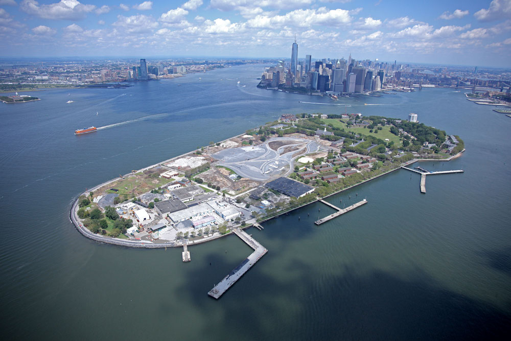 אי המושלים נמצא בנמל ניו יורק, מרחק חמש דקות נסיעה במעבורת ממנהטן ושלוש דקות מברוקלין. שטחו כ-700 דונם, כחמישית משטחו של סנטרל פארק (צילום: Governors Island)