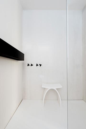 חדר הרחצה של ההורים, בלבן ומעט שחור (צילום: גדעון לוין)