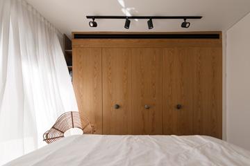 חדר ההורים. לכל הארונות בחדרי השינה ידיות דומות (צילום: גדעון לוין)