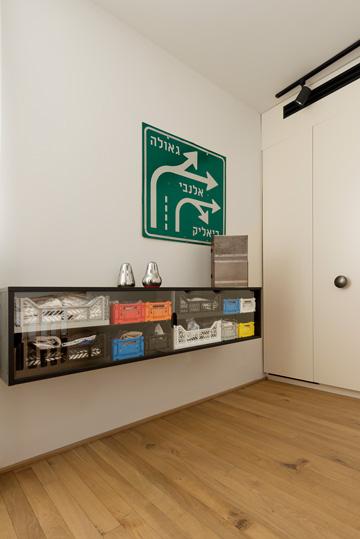 ארגזי שוק צבעוניים הפכו לשידת אחסון בחדר התינוק (צילום: גדעון לוין)