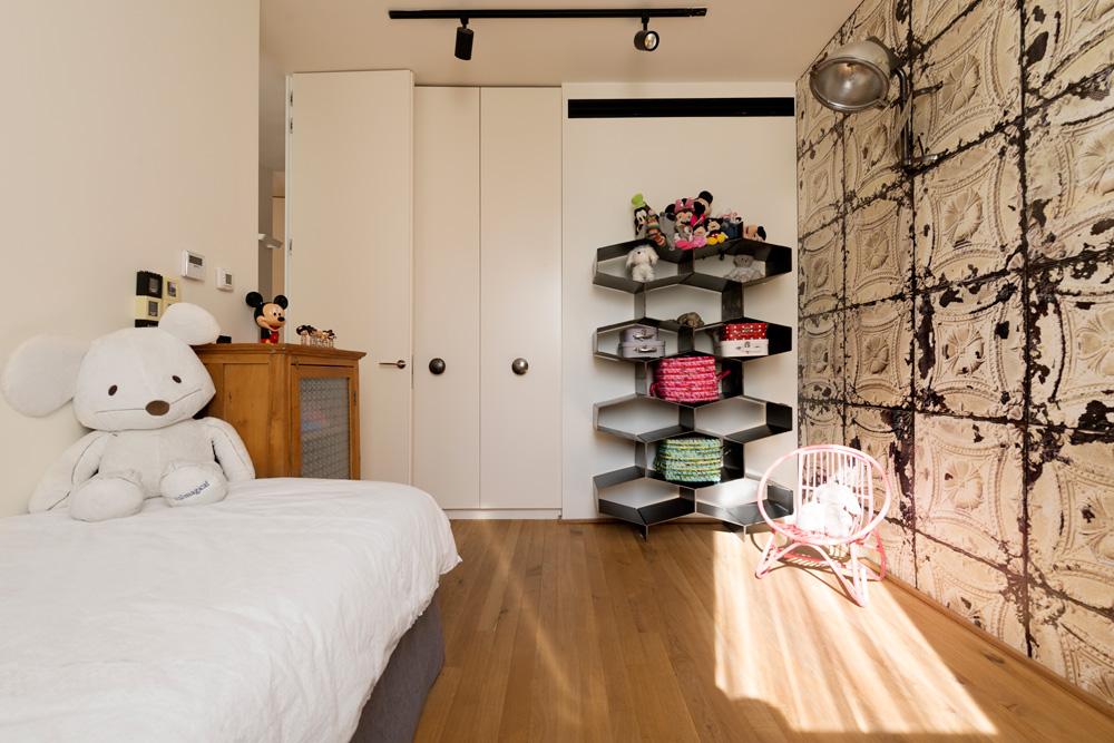 בחדרי הילדים חומרים מעולמות שונים, כמו טפט דרמטי בסגנון בארוקי, שידת וינטג' וספריית מתכת שחורה שהוכנה בהזמנה (צילום: גדעון לוין)