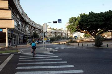 כיכר המדינה. מבנים שצורתם כפירמידה הפוכה, שהפכו לאייקון ישראלי (צילום: יריב כץ)