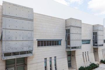 מראה של מצודות. בית הספר לממשל במרכז הבינתחומי הרצליה, בתכנונה של כרמי-מלמד (צילום: אביעד בר נס)