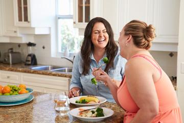 נשים צעירות ובריאות בגופן ובנפשן. להתמקד בראש ובראשונה בירידה במשקל  (צילום: shutterstock)