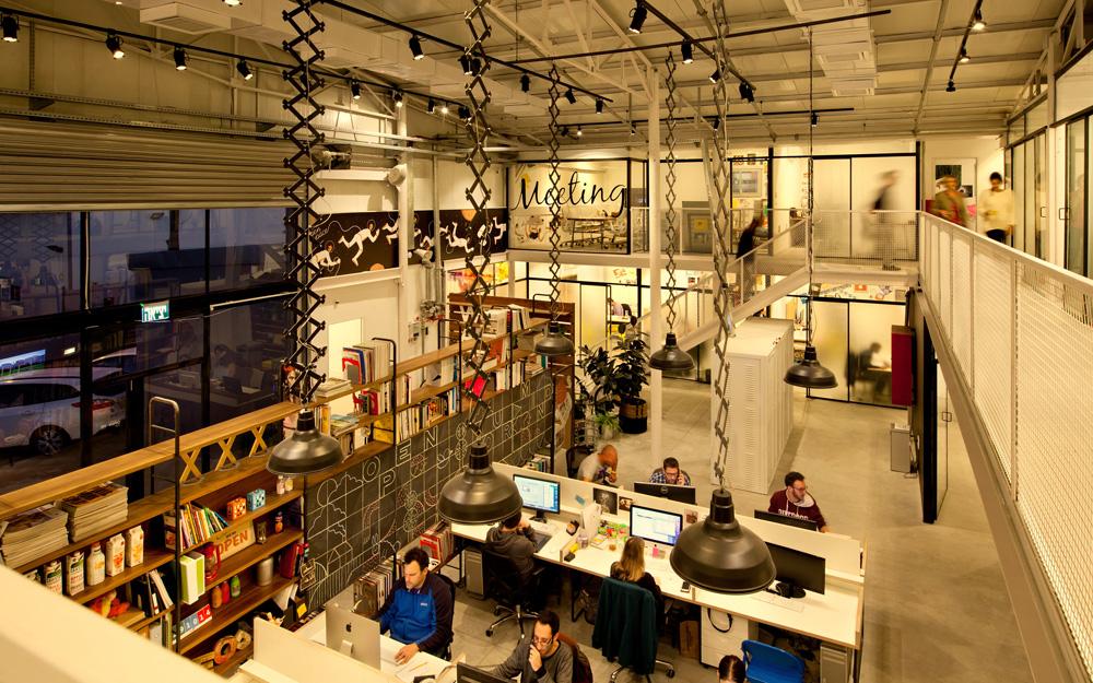 המשרדים האישיים מופרדים מהכלל באמצעות זכוכית ''סבתא'', שמאפשרת קלילות אך גם פרטיות. בקצה הקומה חדר ישיבות שקוף, ואת תשתיות החשמל והתקשורת ש''רצות'' על הקיר מסתירה מדבקה שעיצבו הגרפיקאים של החברה - אסטרונאטים בחלל הפתוח (OPEN  SPACE) שהופכים לצוללנים בתוך חדר הישיבות (צילום: בועז לביא ויונתן בלום)