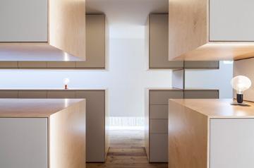 הארונות מוארים גם באמצעות תאורה שהותקנה בגבם (צילום: עמית גרון)