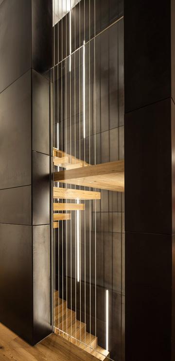מדרכי המדרגות תלויים על כבלים מתקרת הבית (צילום: עמית גרון)