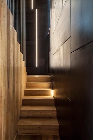 המדרגות היורדות לקומת המרתף (צילום: עמית גרון)