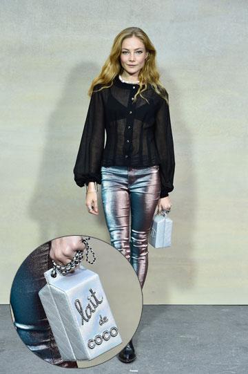 השחקנית קלרה פגט שם תיק מיכל החלב של שאנל (צילום: gettyimages)