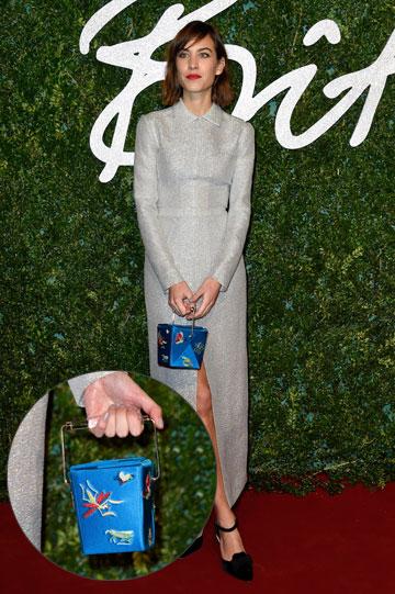 אלכסה צ'אנג עם תיק דמוי קופסת טייק-אווי של שרלוט אולמפיה (צילום: gettyimages)