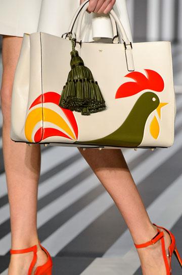 תיק עם הדפס של אריזות דגני בוקר של אניה הינדמארץ' (צילום: gettyimages)