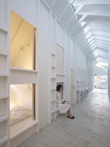 סולמות וספסלי ישיבה לבנים (צילום: Toshiyuki Yano)