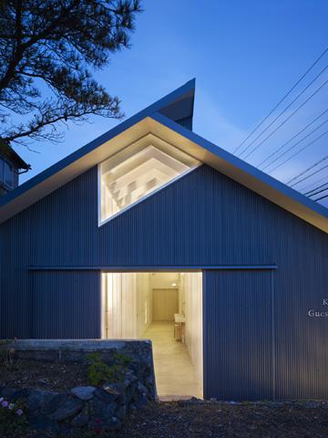 בשעות הערב בוקע מהמבנה אור בצורות גיאומטריות (צילום: Toshiyuki Yano)
