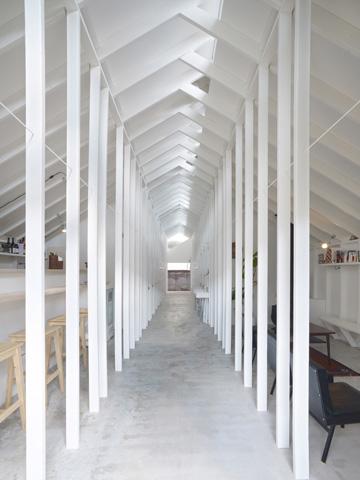 השליש האחרון של המסדרון. מימין: הסלון. משמאל: בר המשקאות (צילום: Toshiyuki Yano)