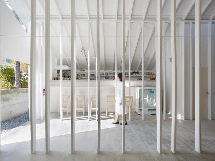 כמו במבנה כולו, גם בבר המשקאות הצבע השולט הוא לבן (צילום: Toshiyuki Yano)