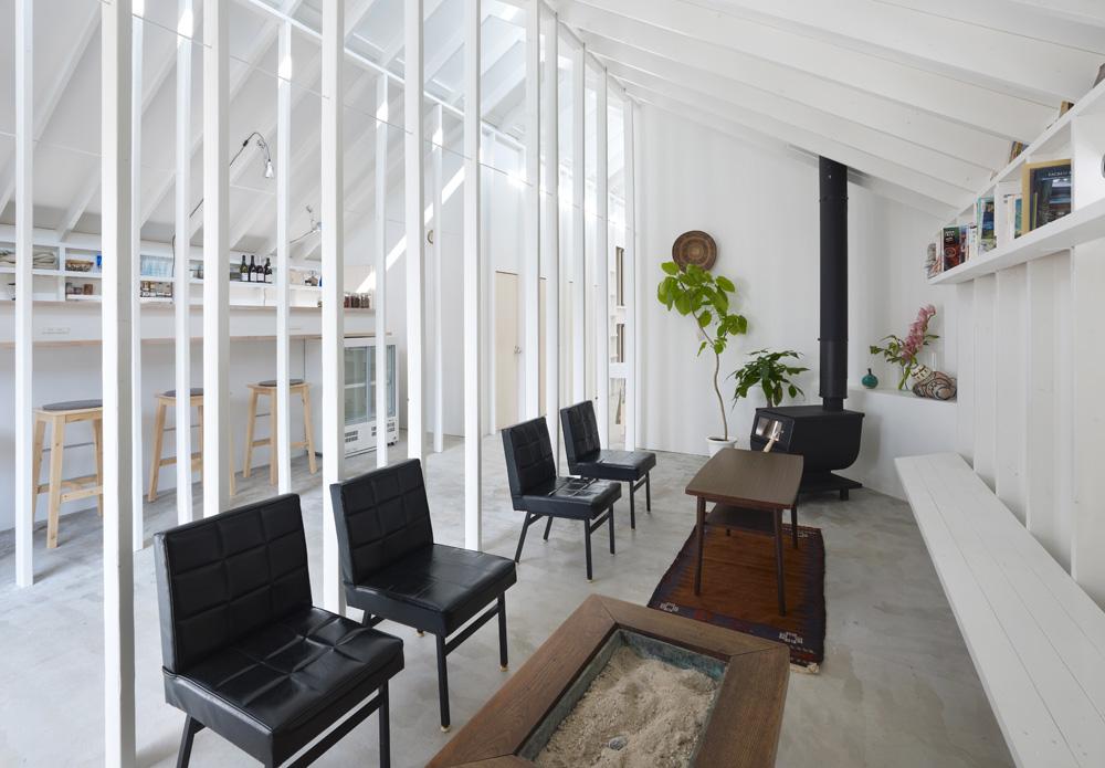 הצבע הלבן מדגיש את המינימליזם האופייני לאדריכלות היפנית, ושולט במעטפת כולה. גוונים אחרים מכניסים הקמין, הכורסאות, הספרים – והאורחים עצמם, שמגיעים מכל העולם (צילום: Toshiyuki Yano)