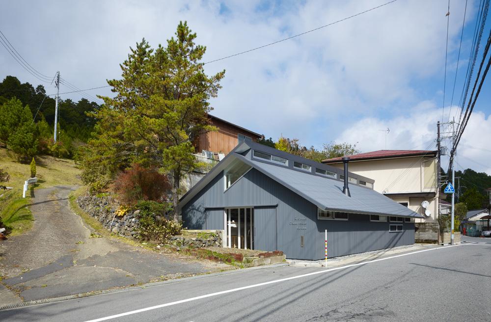 ''Koyasan Guest House Kokuu'', בכפר קויסאן, שבו מתגוררים חברי זרם השינגון בבודהיזם היפני. הכפר העתיק שוכן בין פסגות הרים ופרישת רחובותיו מזכירה את פרח הלוטוס (צילום: Toshiyuki Yano)
