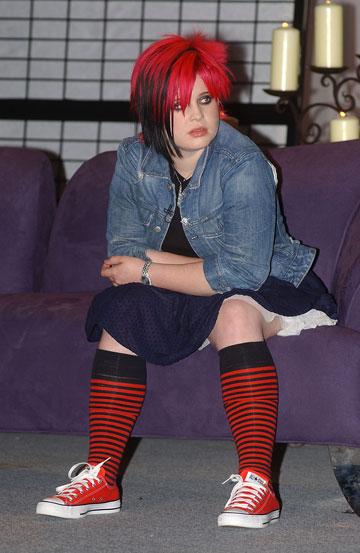 קלי אוסבורן, 2002. נערה שמנמנה עם מראה מוזר, חיבה לצבעי שיער משתנים וגוף מקושט קעקועים (צילום: gettyimages)