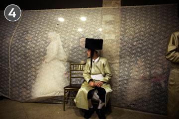 מאתיים מוזמנים בלבד. חתונתם של אהרו ורבקה-חנה קרויס (צילום: רונן זבולון)