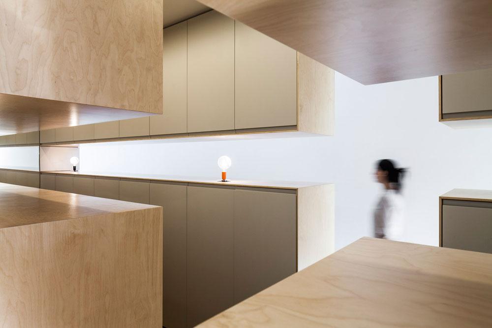 ומבט מהכיוון ההפוך - מתוך חדר הארונות אל המסדרון הארוך. הארונות צופו בדיקט של עץ ליבנה וחולקו ליחידות עליונות ותחתונות, כשהמרווחים ביניהם יוצרים צורת צלב (צילום: עמית גרון)