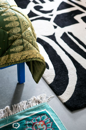 שני השטיחים בצבעים שונים הונחו זה לצד זה (צילום: שירן כרמל)