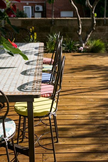 בחצר שולחן עם פלטת פסיפס וכסאות ברזל (צילום: שירן כרמל)