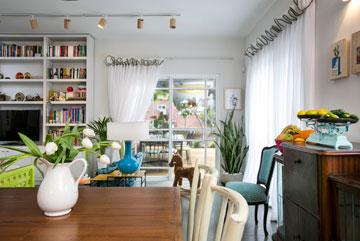 הסלון מואר בשני חלונות גדולים ופינתיים, שבהם משובצות דלתות יציאה לחצר (צילום: שירן כרמל)