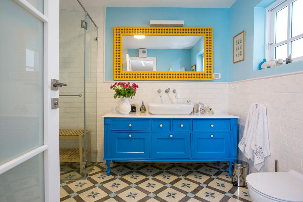 חדר הרחצה של ההורים עוצב בכחול ובצהוב (צילום: שירן כרמל)