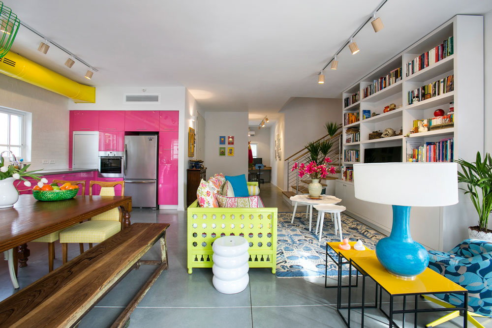 שילוב של רהיטים ישנים שהיו בבית (שולחן האוכל), מנורות בעיצוב ישראלי (אסף וינברום וסטודיו ''בים''), ספה בסגנון מרוקאי ושולחנות צד טרנדיים. בעומק התמונה דלת הכניסה ופינת העבודה (צילום: שירן כרמל)