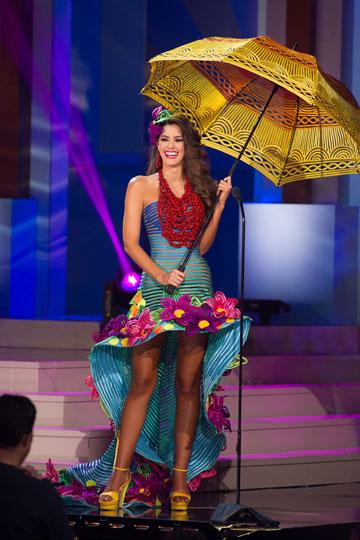 מיס קולומביה בתלבושת הלאומית. (צילום: ריק סלייר)