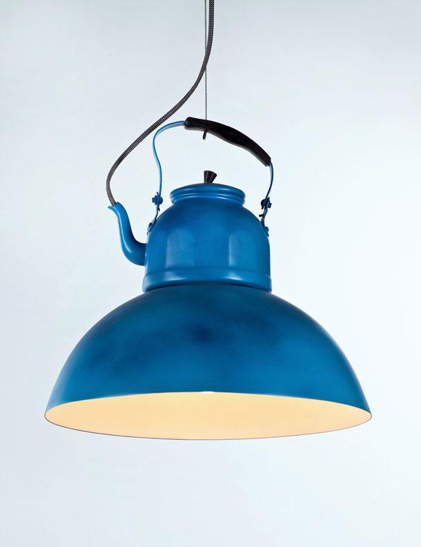 הצבע הכחול איחד קומקום ישן ואהיל חסר שימוש לגוף תאורה חדש
