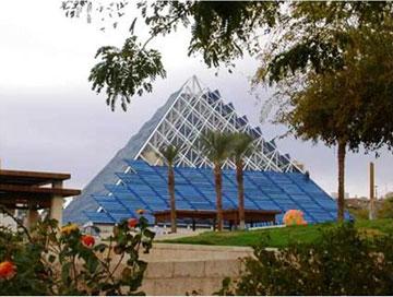 תוכניות לחוד ומציאות לחוד: את הזכוכית החליפו לוחות כחולים (באדיבות חיים דותן וזיידלר רוברטס אדריכלים )