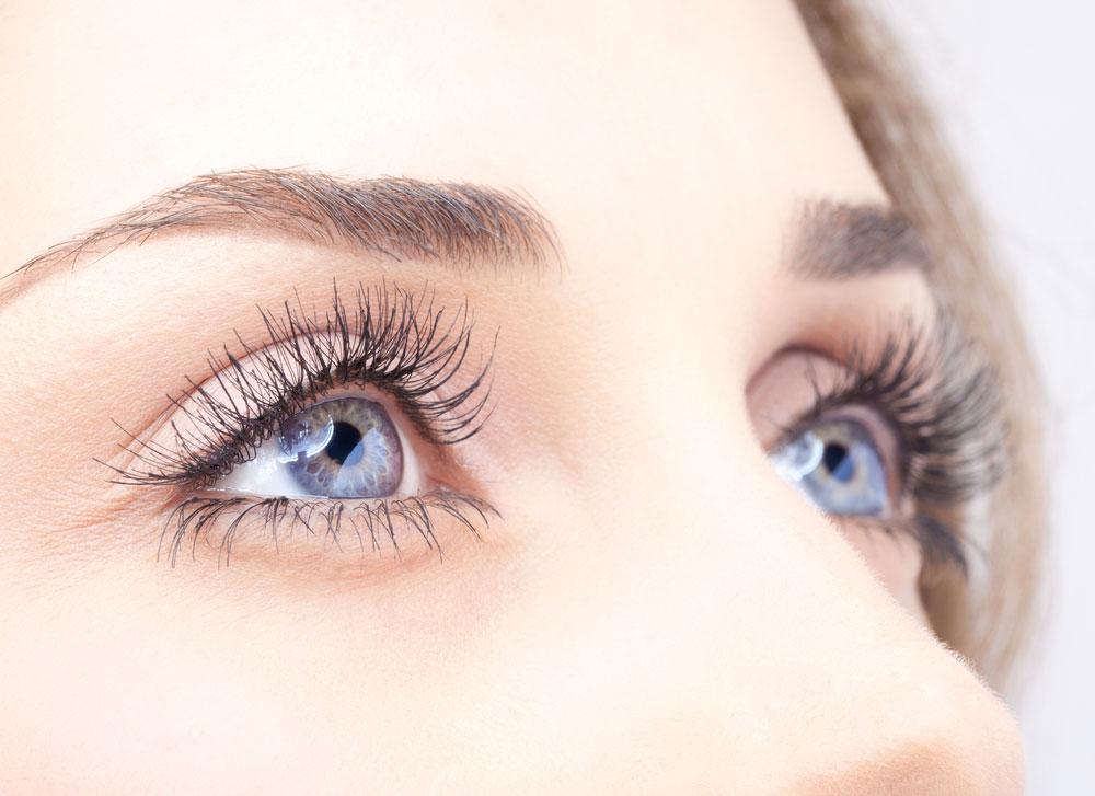 גם האיפור הוא מענה יעיל, זול, נגיש ומהיר להעלמת כהויות מתחת לעיניים (צילום: shutterstock)
