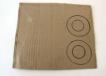 משרטטים 2 טבעות על קרטון דק (צילום: ענבל עופר)